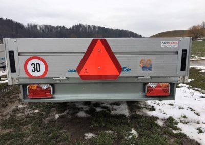 LED-Rückleuchten und langsames Fahrzeugdreieck