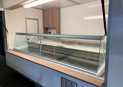Food truck avec décor cerisier et vitrine frigorifique