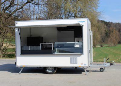 Food truck avec virtrine friorifique et bains-marie
