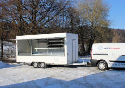 Lebensmittelwagen mit Kühlvitrine und Regalen