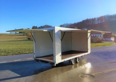 Lastwagen mit Heck- und Seitenklappe